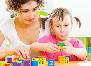 פסיכולוגית התפתחותית מעבירה ילדה אבחון התפתחותי לגיל הרך